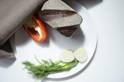 Pane, uovo e pepe di segale su un fondo bianco fotografie stock libere da diritti
