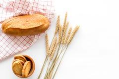 Pane wheaten fresco bollente su derisione di vista superiore del fondo della tavola di lavoro del forno su Fotografie Stock Libere da Diritti
