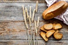 Pane wheaten fresco bollente sul mokeup di vista superiore del fondo della tavola di lavoro del forno Fotografia Stock Libera da Diritti