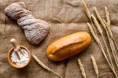 Pane wheaten fresco bollente sulla vista superiore del fondo della tavola di lavoro del forno Immagini Stock