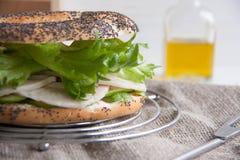 Panecillo con el rollo del pollo, la ensalada verde y el queso cremoso fotos de archivo