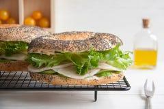 Panecillo con el rollo del pollo, la ensalada verde y el queso cremoso imagen de archivo