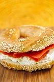 Panecillo con queso de color salmón y poner crema fumado Fotografía de archivo libre de regalías