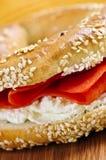 Panecillo con queso de color salmón y poner crema fumado Foto de archivo