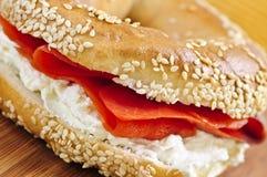 Panecillo con queso de color salmón y poner crema fumado Foto de archivo libre de regalías