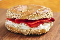 Panecillo con queso de color salmón y poner crema fumado Imagen de archivo