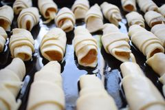 Panecillo de las galletas con el atasco en una bandeja Imagenes de archivo