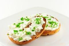 Panecillo del desayuno con el queso cremoso Fotografía de archivo libre de regalías