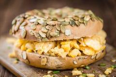 Panecillo del desayuno con los huevos fritos (foco selectivo) Imagen de archivo libre de regalías