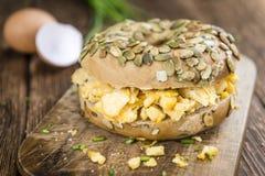 Panecillo del desayuno con los huevos fritos (foco selectivo) Imágenes de archivo libres de regalías
