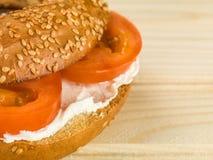 Panecillo suave de la extensión de queso cremoso y de la semilla de sésamo del tomate Fotos de archivo