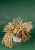 Panecillos en un ramo de cereales. Fotografía de archivo libre de regalías