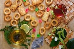 Panecillos, galletas, miel y té con el limón Visión desde arriba Imagen de archivo libre de regalías