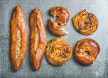 Panecillos turcos, borek con pide de la espinaca, de las semillas y de la pizza de queso Imágenes de archivo libres de regalías