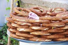 Panecillos turcos con el simit del sésamo en el mercado fotografía de archivo