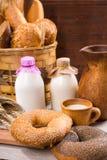 Panecillos y leche frescos del sésamo para el desayuno Foto de archivo libre de regalías