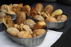 Panecillos y pan en cesta. imagen de archivo libre de regalías