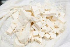 Paneer incide i pezzi su buttercloth Fotografie Stock