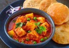Paneer matar da refeição indiana servido com poori Fotos de Stock