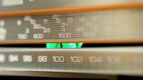Panel av den retro radiomottagaren som är upplyst vid ljus och skugga lager videofilmer
