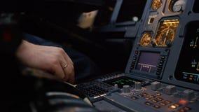 Panel av strömbrytare på ett flygplanflygdäck Autopilotkontrollmoment av en trafikflygplan Piloten kontrollerar flygplanet Royaltyfri Fotografi