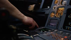 Panel av strömbrytare på ett flygplanflygdäck Autopilotkontrollmoment av en trafikflygplan Piloten kontrollerar flygplanet Arkivfoton
