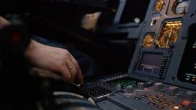 Panel av strömbrytare på ett flygplanflygdäck Autopilotkontrollmoment av en trafikflygplan Piloten kontrollerar flygplanet Royaltyfri Foto