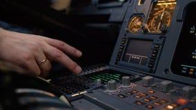 Panel av strömbrytare på ett flygplanflygdäck Autopilotkontrollmoment av en trafikflygplan Piloten kontrollerar flygplanet Arkivfoto