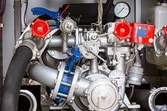 Panel de control con los indicadores de presión en el coche de bomberos Imagen de archivo