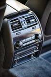Panel de control del clima de lujo moderno del coche para los pasajeros en el re imagen de archivo libre de regalías