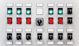 Panel de control del equipo industrial con las placas de identificación, los interruptores y los botones Fotografía de archivo