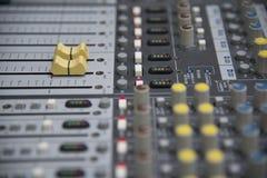 Panel de control del mezclador de sonidos fotos de archivo