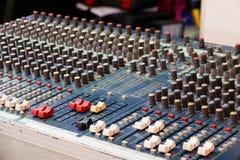 Panel de control del mezclador sano y audio con los botones y los resbaladores imágenes de archivo libres de regalías