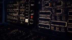 Panel de control del tablero profesional en vehículo espacial del submarino o con el nivel del oxígeno almacen de video