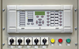 Panel de control eléctrico con los dispositivos electrónicos en la subestación eléctrica Imagen de archivo
