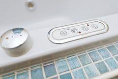 Panel de control en la bañera con los botones foto de archivo