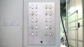 Panel de control de la fábrica con las luces y los botones del centelleo almacen de video