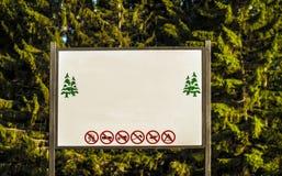 Panel de l'information dans la forêt Photographie stock libre de droits