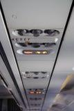 Panel in einem Flugzeug über Sitzen Stockbild