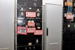 Panel elektriska apparater för kontroll med strömbrytare och varningstecken Arkivfoton