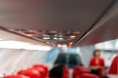 Panel för Closeupflygplankonsol; lampa ljus, behovshjälpknapp, luftvillkor, sefty bälte och inget - röka tända tecknet royaltyfri fotografi