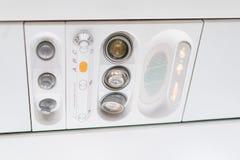 Panel för Closeupflygplankonsol; lampa ljus, behovshjälpknapp, luftvillkor, sefty bälte och inget - röka tända tecknet arkivfoton