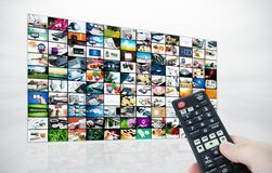 Panel LCD grande con imágenes de la corriente de la televisión Fotografía de archivo libre de regalías