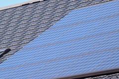 Panel słoneczny dostosowywający na nowożytnym domu dachu obraz royalty free