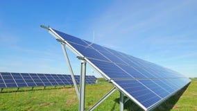 Panel słoneczny i wiejski krajobraz zbiory wideo