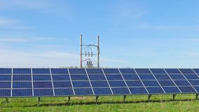 Panel słoneczny i wiejski krajobraz zdjęcie wideo