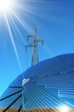 Panel Słoneczny - linii energetycznej i słońca promienie Zdjęcia Royalty Free