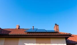 Panel słoneczny na czerwonym domu dachu w tle niebieskie niebo fotografia royalty free