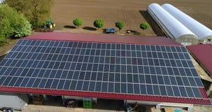 Panel słoneczny na dachu dom ekstrakcja elektryczność panel słoneczny, osobista energii słonecznej stacja zdjęcie wideo