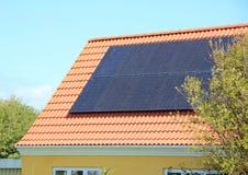 Panel słoneczny na domu dachu z Czerwonymi płytkami Fotografia Stock